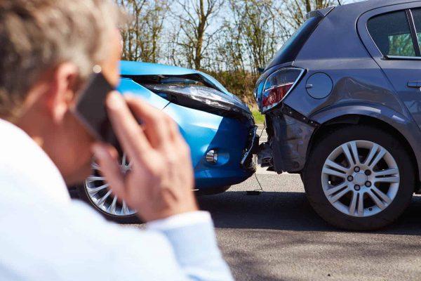 Gọi điện thoại khai báo công ty bảo hiểm